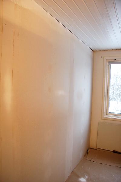 Nya väggen och det nymålade taket