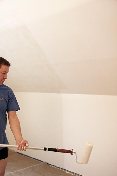 Pappa Johan målar väggarna vita