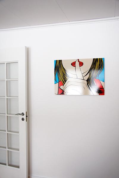 Kontoret med nymålad dörr och ny tavla